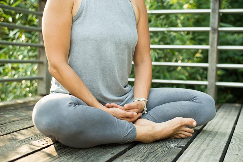 Yogastellung Yogalina Schneidersitz