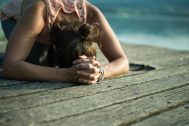 Yogastellung Nadja Krähenbühl Yoga auf dem Steg